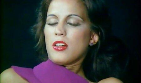 Latina adolescente toma uno petardas haciendo tijeras en su boca y chupa