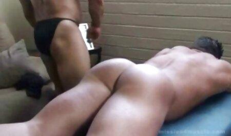 Ella se lleva al orgasmo con sus petardas hd travestis dedos