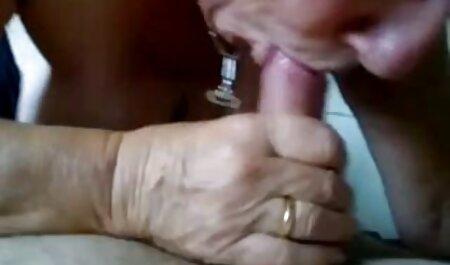 Chica caliente insertando la petada hd mano en el coño