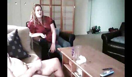 Una chica con grandes Tetas Mojadas y en cuclillas en el coño en la polla cojiendo petardas