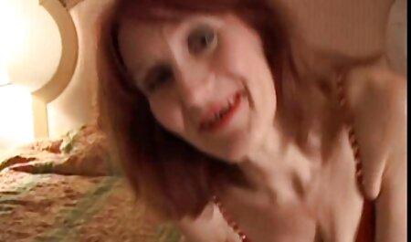 Chica joven posando para petardas gordos cámara en bragas