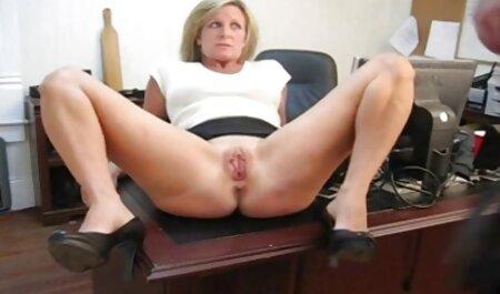 Ella chupa su polla a su amado marido y sus pilladas petardas piernas