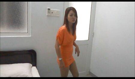 Olya con piernas largas desnudándose petardas haitianas delante de la Webcam
