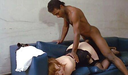 Chica desnuda en petardas xxx con animales aceite descalza en la calle